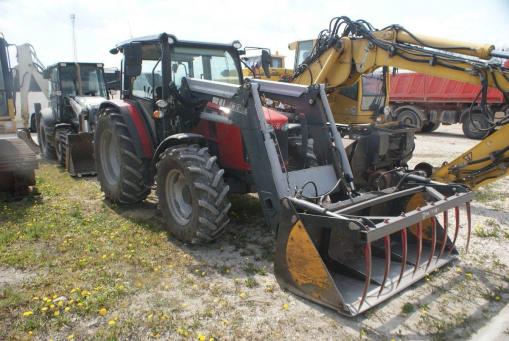 Ciągnik rolniczy MASSEY FERGUSON MF 4700